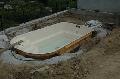 piscine en coque polyester piscines coque distripool. Black Bedroom Furniture Sets. Home Design Ideas